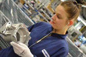 Till arbetsuppgifterna för CNC-operatörerna hör att utföra läckagetester och okulär kvalitetskontroll. Här ser vi Melissa Jugo Cerimovic kontrollera ett kopplingshus.