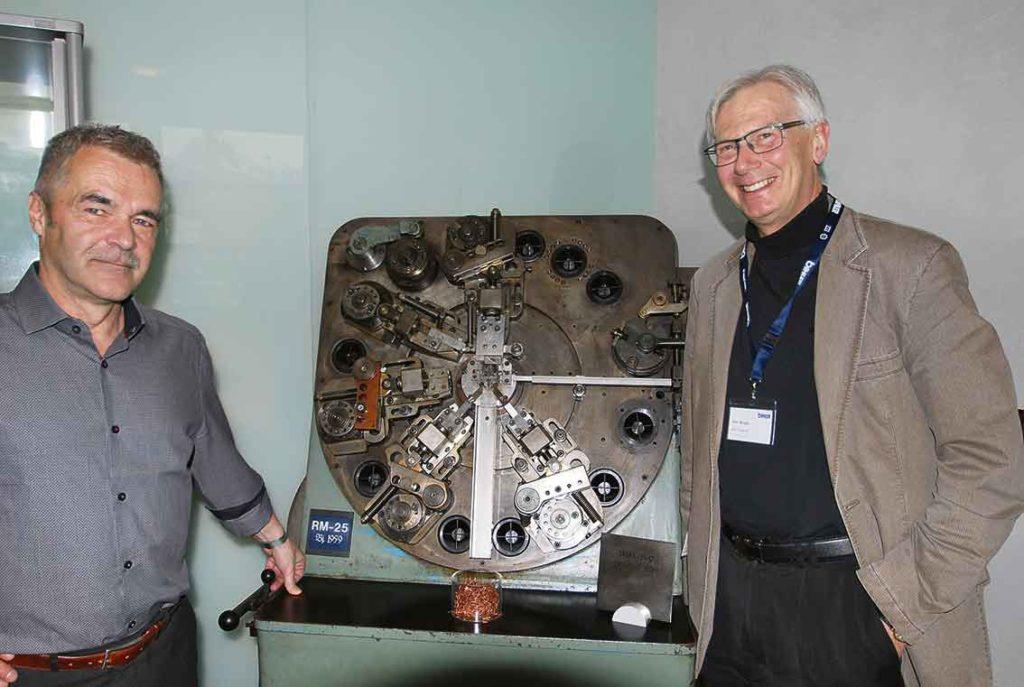 Manfred Müller och Göran Bragd visar en av de första maskinerna från BIHLER, RM 25 från 1959. Det berättas att när Otto Bihler hade börjat bygga sina första maskiner så satte han en maskin, som den här, på en släpkärra efter sin VW och körde till Hannover mässan. Det blev succé och han fick sålt flera stycken maskiner på mässan.