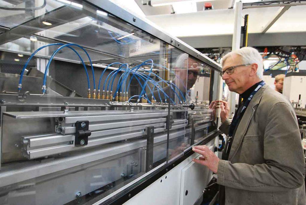 BIHLER har utvecklat olika matar- och hanteringssystem för komponenter som transporterar materialet in i maskinerna med vibrations matare och olika typer av instyrningsrännor.