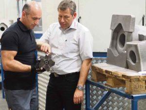Denis och Harald diskuterar ett av dom verktygen som Avantec har varit med att ta fram.