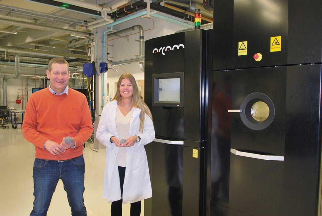 Intill Mikael Schuisky och Louise Hansson står en maskin från svenska Arcam, här handlar det mycket om obemannade körningar.