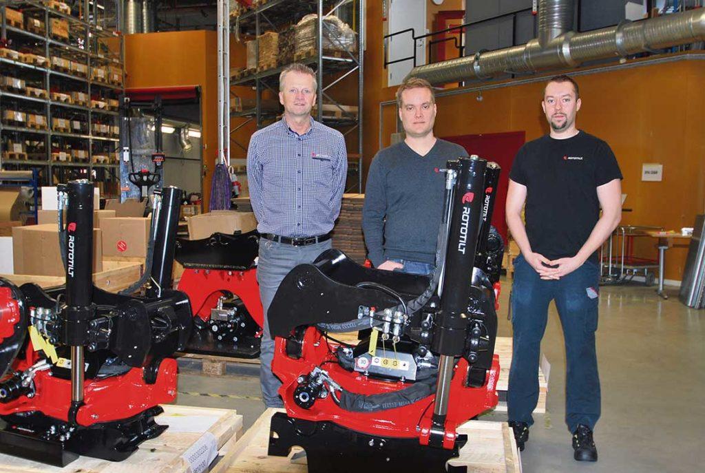 Tord Johansson produktionschef tillsammans med personalchef Peter Strömberg och samordnare/CNC operatör Erik Lilja. På bilden ser vi tiltrotatorn som förvandlar grävmaskinen till en fullfjädrad redskapsbärare.