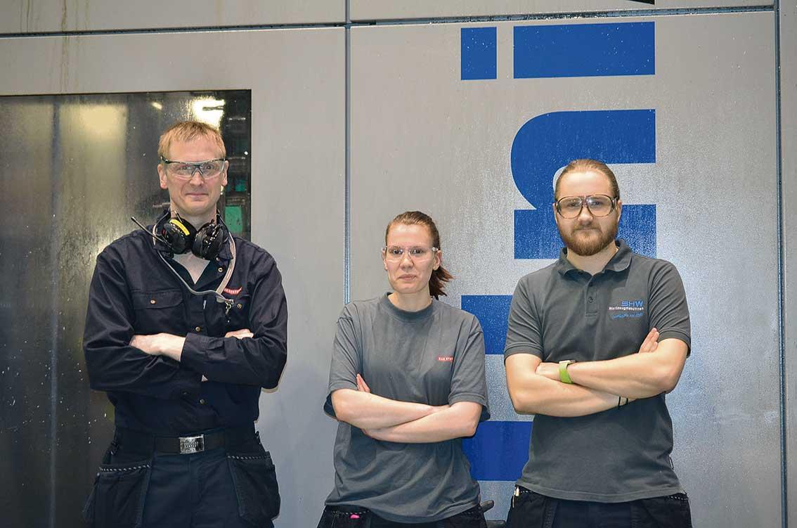 Mattias Byström, produktionsteknik, tillsammans med maskinoperatörerna Ellen Österlund och Victor Vestberg.