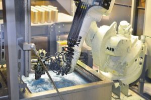 Robot tvättning i en automationscell.