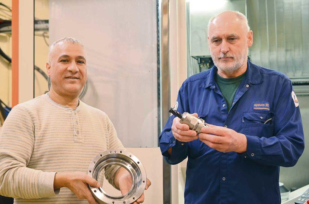 Ali Araar produktionstekniker och Janos Konyhas maskinoperatör visar produkt och verktyg.