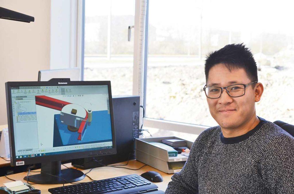 Konstruktör Vincent Long Nyuyen arbetar med nya lösningar på verktyg till hela Europas plåtindustri.