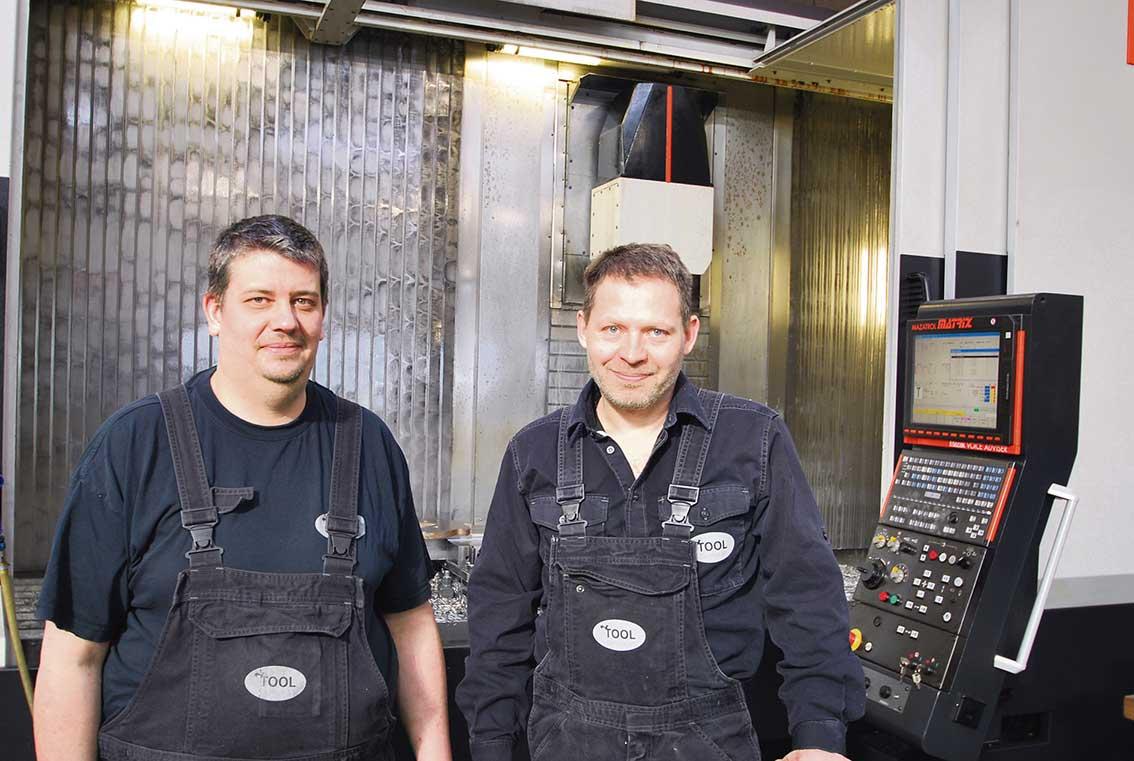 Erfarna maskinoperatörer arbetar på verkstaden. Bakom ser vi en av de senaste maskininvesteringarna, Mazak ……………..