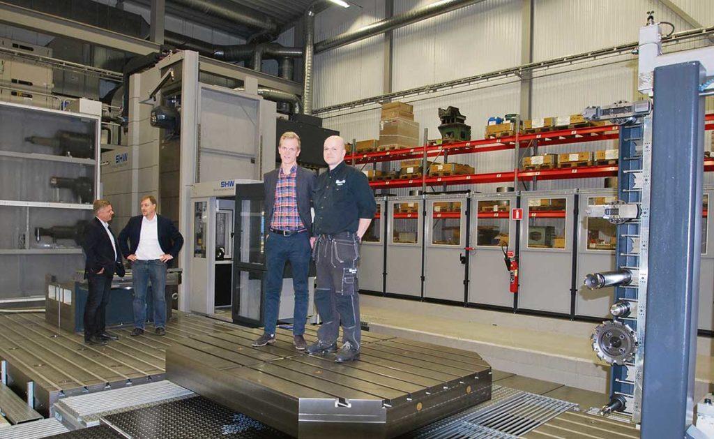 Cirka 160 kg på bordet som tar 35 ton. I bakgrunden ser vi maskinens huvudväxlarsystem med fräshuvuden för olika applikationer.