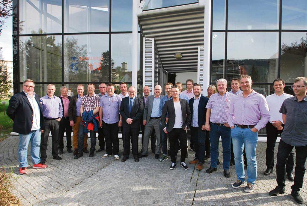 """I samband med mässbesöket på SIAMS gjorde årets kundresa ett besök hos Schaublin SA i Delémont, ett världskänt företag med produkter för fastspänning som chuckar och hylsor som verkligen förtjänar benämningen """"Swiss Quality"""". Få företag är så starkt förknippade med hög kvalitet på sina produkter. – Vi säger på Ehn & Land att det är världens mest kända hylsor och det står vi för, säger Björn Karåker. Kast i chuckar är ofta ett problem idag. Det går för det mesta väldigt bra att ställa in kastet vid själva chucken men det blir svårare i framkant av verktyget då chuckens centrumlinje kanske inte går perfekt med verktygets. Detta resulterar i ett kast i framkant. Schaublin SRS chuckar är tillverkade så att man kan justera kastet både i fram- och bakkant på verktyget med ett patenterat system. På så sätt kan man ställa in kastet även i framkant till 1-3 my. Källa: Ehn & Land AB."""