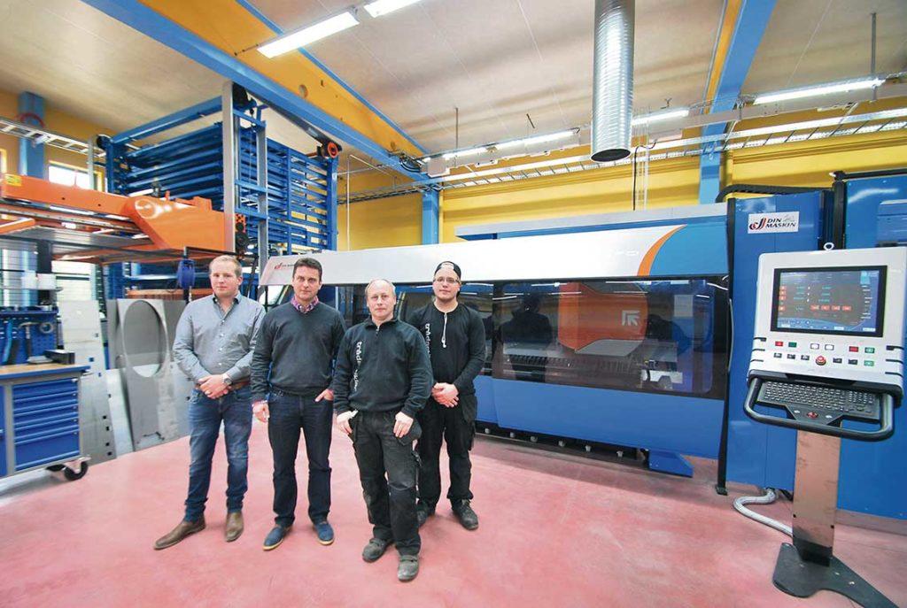På fotot ser vi Alexander Lehto som är ansvarig för försäljning och marknad, Johan Söderberg maskinsäljare Din Maskin, Arne Wallin produktionsplanerare och tekniker samt Victor Wallin maskinoperatör.