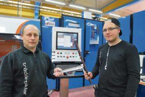 Arne och Victor Wallin visar några av de detaljer som man laserskär i den nya helautomatiska produktionscellen.