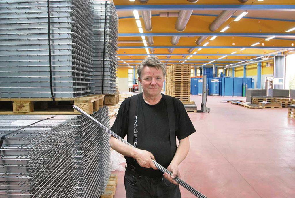 Ägaren till företaget Trådartiklar, Sören Persson, konstruktören som blev fabrikör. I bakgrunden ser vi den nya produktionshallen som är under uppbyggnad.