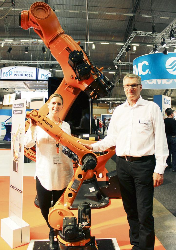 Marknadsansvarig Carola Andersson och Christer Börjesson, regionansvarig för försäljning på KUKA Nordic, presenterade den nya slimmade roboten Cybertech. I bakgrunden skymtar sexaxliga KR 1000 Titan, som en gång i tiden var världens största robot.