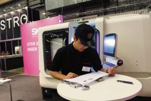 Året SM-vinnare i CNC-svarvning Nam Pham studerar en ritning under tävlingen.