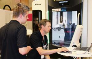 Felix Persson, SM-vinnare i CNC-fräsning, lämnar in sin detalj till tävlingsledningen.