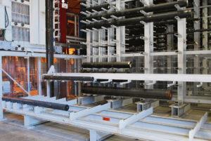 – Här hanterar vi material upp till 425 mm i diameter och maxlängden är 6 meter som vi kan lagra. Maxvikten är 4 500 kg per stång vilket betyder att det är oerhörda vikter som hanteras i lagret och säkerhet är prioritet ett i ett sådant här projekt, säger Mikael Warström ansvarig för projektet hos Ahlsell Maskin.