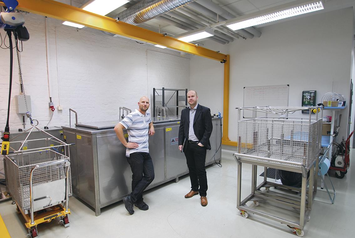 Peter Luihn produktionstekniker på Arcam och Anders Magnusson maskinsäljare Euromaskin. Tekniska fakta runt maskininstallationen: Maskinen levereras färdig i ett stycke. Med en truck ställdes maskinen på plats. Sedan var det bara att koppla in el och vatten.