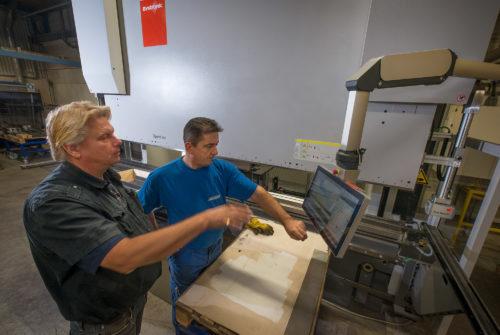 Hans Johanson och kantpressoperatören Senad Pilipovic är nöjda med den nya 400-tonnaren!