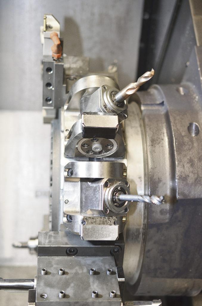 Här ser vi drivna verktyg med borr som kan borra snett och den andra bilden visar bl.a. Sub spindeln.