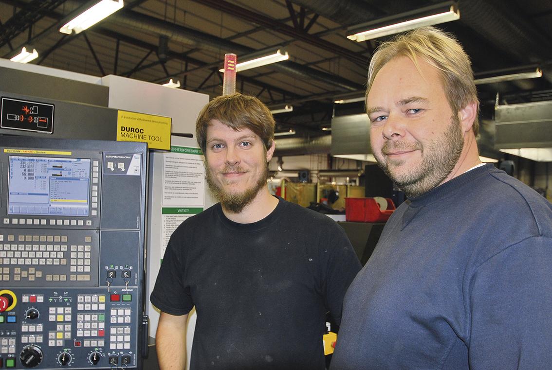 Maskinoperatör Tim Nilsson och tekniker Peter Jonsson. – Vi arbetar nästan enbart i olika automatstål och bearbetar runt material från 45 – 65 mm i diameter från 3 meters stång.