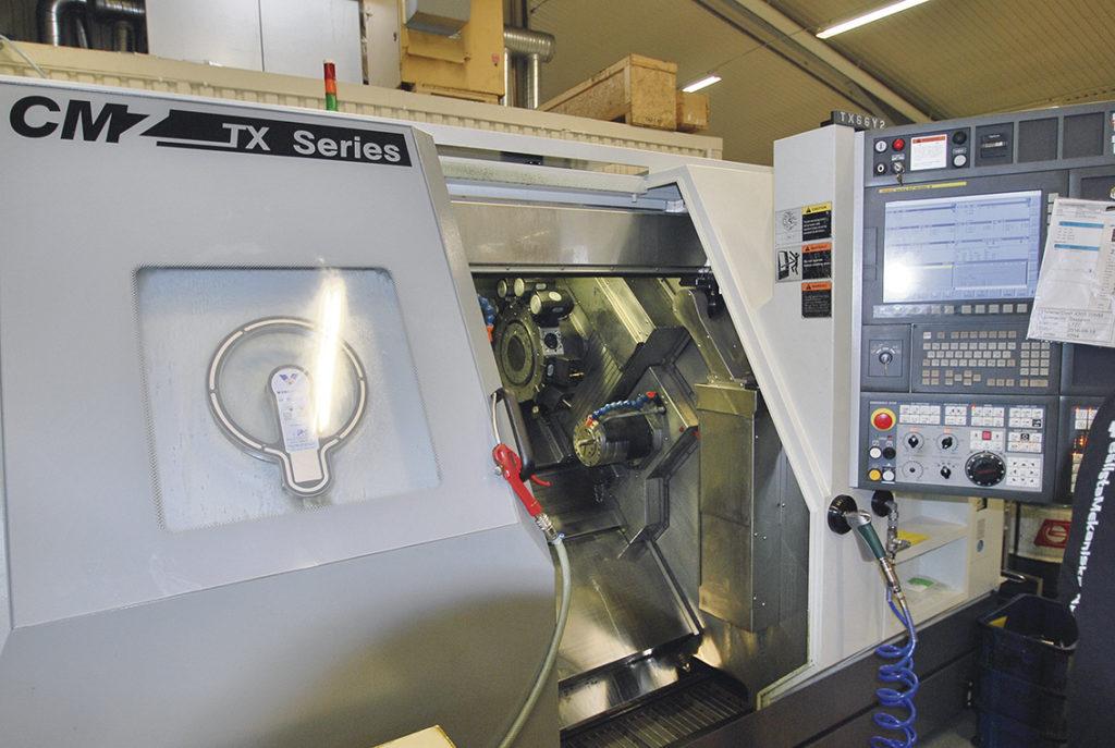 Ny bearbetningskapacitet på Bällsta Mekaniska, en ny CNC-styrd revolversvarv TX66-Y2 Quattro från CMZ. Maskinen har kapacitet att köra stänger upp till 66 mm diameter och med dubbla revolvrar kan effektiv simultan bearbetning erbjudas.    – Högproduktionsmaskin med subspindel och möjlighet med upp till tre revolvrar bestyckade med Y-axel och motorisering. Kompakt och liten maskin som klarar upp till 66 mm i stång, säger Olov Karlsén på Ehn & Land