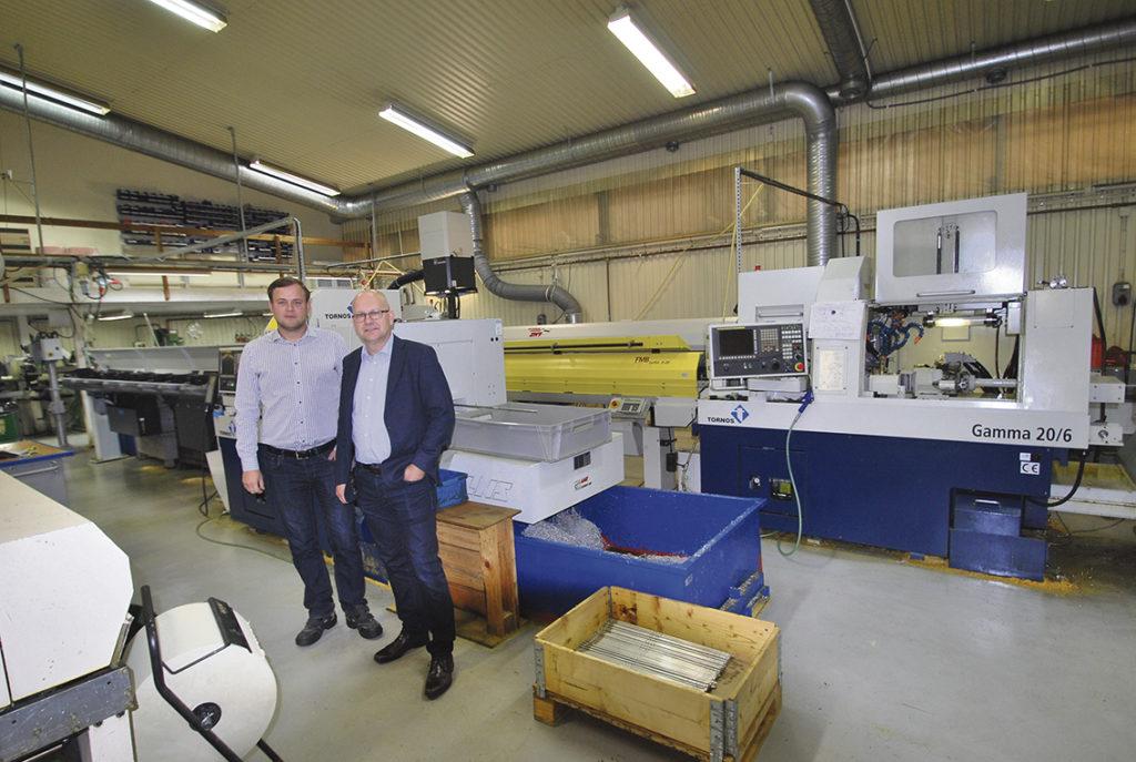 Patrik Nilsson och Olov Karlsén vid några av längdsvarvarna från Tornos, ett fabrikat som är dominerande i maskinparken.