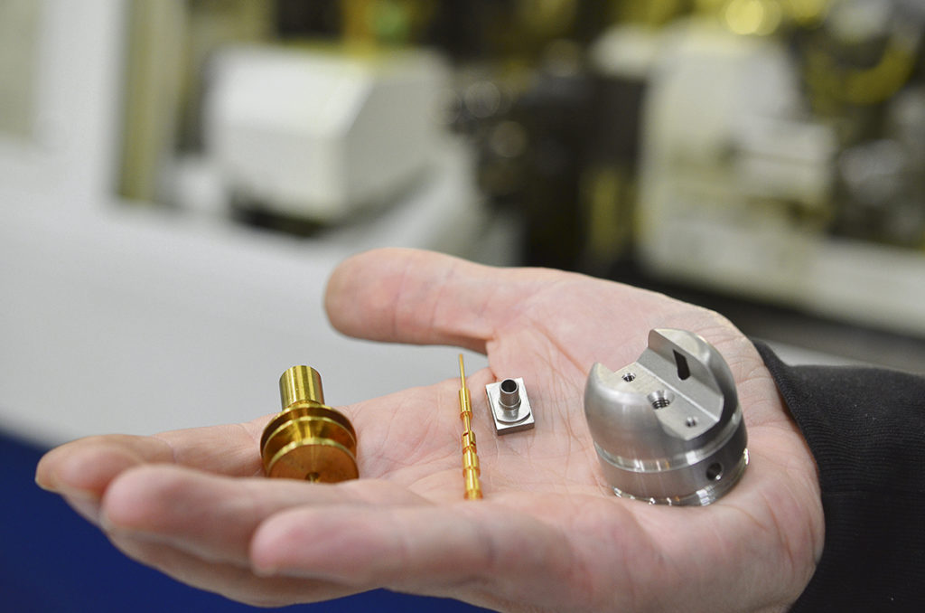 Bällsta Mekaniska svarvar detaljer i diameter 1 - 70 mm från stång i alla förekommande material. Man strävar efter att få detaljerna färdiga direkt i maskinerna utan eftertempon.