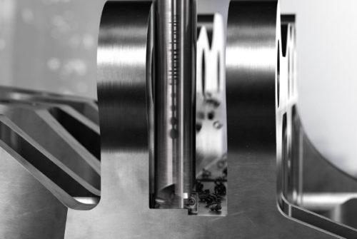 Nu finns CoroMill® 390 med förbättrad Silent Tools™-teknologi, för effektivare bearbetning av delar som motorfästen (till vänster) och djupa fickor i ramdelar av titan (till höger) för flygindustrin.