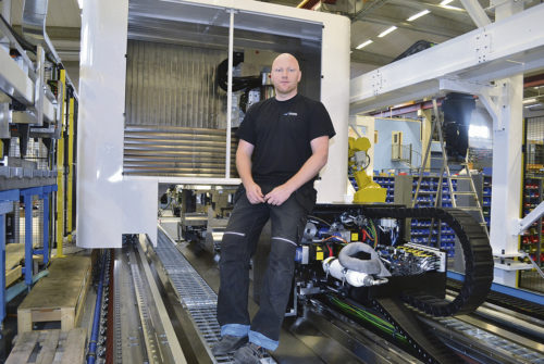 David Modig visar upp RigiMill som har blivit en av de mest efterfrågade maskinerna i flygindustrin. Av företagets 209 offerter är 80 stycken RigiMill.