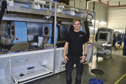 En av Modig Machine Tools duktiga medarbetare färdigställer en HHV Extrusion Mill för transport till kund.