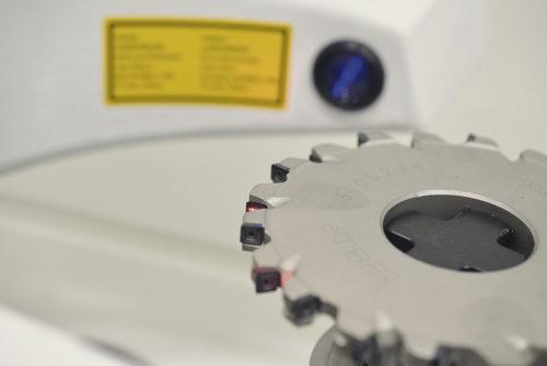 """Kunden har även valt att komplettera anläggningen med verktygsförinställare Microset UNO där man mäter alla verktygens mått och data som sparas och sedan kan skickas direkt ut till maskinerna. Förinställningsutrustningen ger smidig verktygsidentifikation via id-ship. Operatören """"skjuter"""" ut informationen till maskinen som identifierar verktyget för bearbetning."""