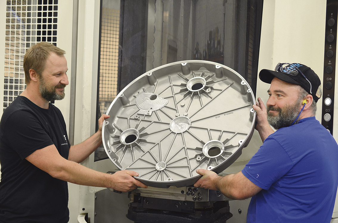 Magnus Bertilsson och Claes Johansson visar upp en detalj som man kört i maskinen.