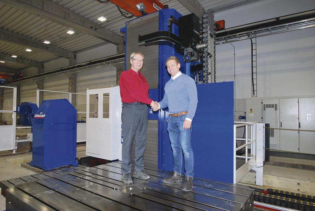 Köpare och säljare är nöjda Rune Andersson och Niclas Fager tar det obligatoriska handslaget för en lyckad maskinaffär. – Vi är mycket nöjda med maskinen och tekniken den representerar. Nu kan vi bearbeta stora komplexa komponenter i en uppspänning med senaste maskinteknik.