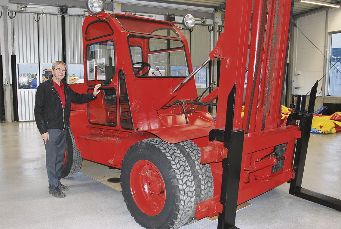 Till en början tillverkades truckarna som bakvända lastbilar inköpta av Vägkassan och först 1964 fick truckarna ett eget chassi.