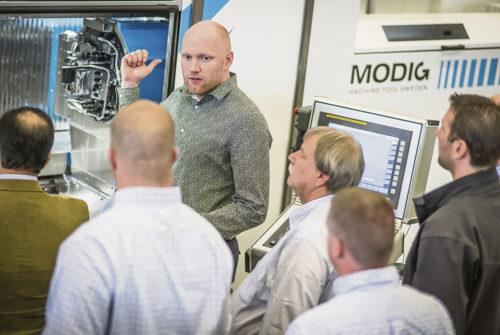 Hårt arbetande David Modig berättar om fördelarna med HHV Extrusion Mill som kan fräsa profiler i olika storlekar från 20 millimeter upp till 15 meter.