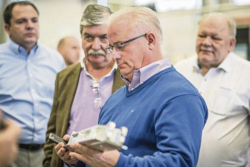 Percy Modig, till höger i bakgrunden, lyssnar intresserat när företagets amerikanska distributörer delger sina tankar kring Modig Machine Tools produktion.