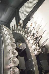 Med mycket obemannade körningar så krävs det stora verktygsmagasin med många verktyg för att få så lite riggtid som möjligt, den nya maskinen har 123 verktygsplatser i magasinet.