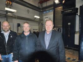 Peter Johansson, Hans-Erik Olsson och Thomas Åkermark ute i verkstaden. På bilderna ser vi också inmätning av verktyg innan körning i Soraluce FL 10 000. Den 10 meter långa maskinen tillverkar stora detaljer, ofta större komponenter och till främst pappers-, massa- och gruvindustrin.
