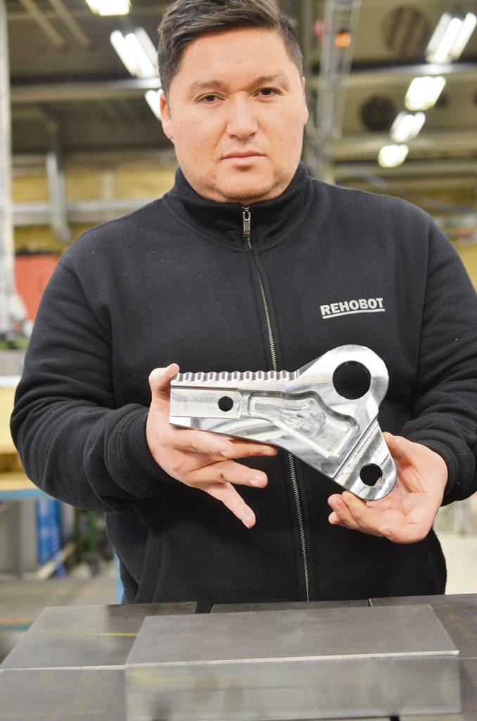 Maskinoperatör Micael Brokvist visar en del av ett räddningsverktyg.