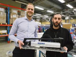 Johan Enochsson och Hampus Jensen visar en av företagets storsäljare.