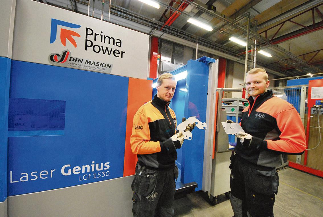 Maskinoperatörerna Martin Thelin och Rasmus Hägglund framför den nya fiberlasern.