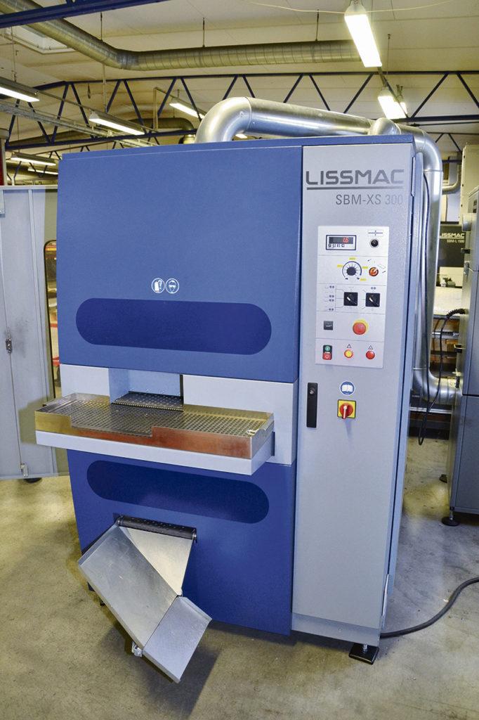 Gradmaskin SBM-L G1S2. Till skillnad från rostfritt och aluminium där allt gradas för att undvika skarpa kanter gradas inte allt stål. Ska stålet lackas bör det dock gradas för att lacken ska fästa bättre.