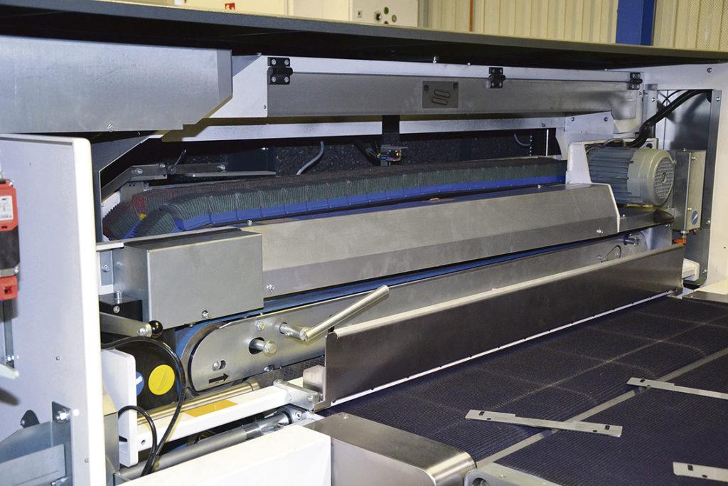 Gradmaskinen SBM-L G1S2 används för slipning och gradning av båda sidor på plana plåtdetaljer upp till 50 mm tjocklek. Maskinen finns i utförande med 1000, 1500 och 2000 mm. Jålek Plåt valde 1500.