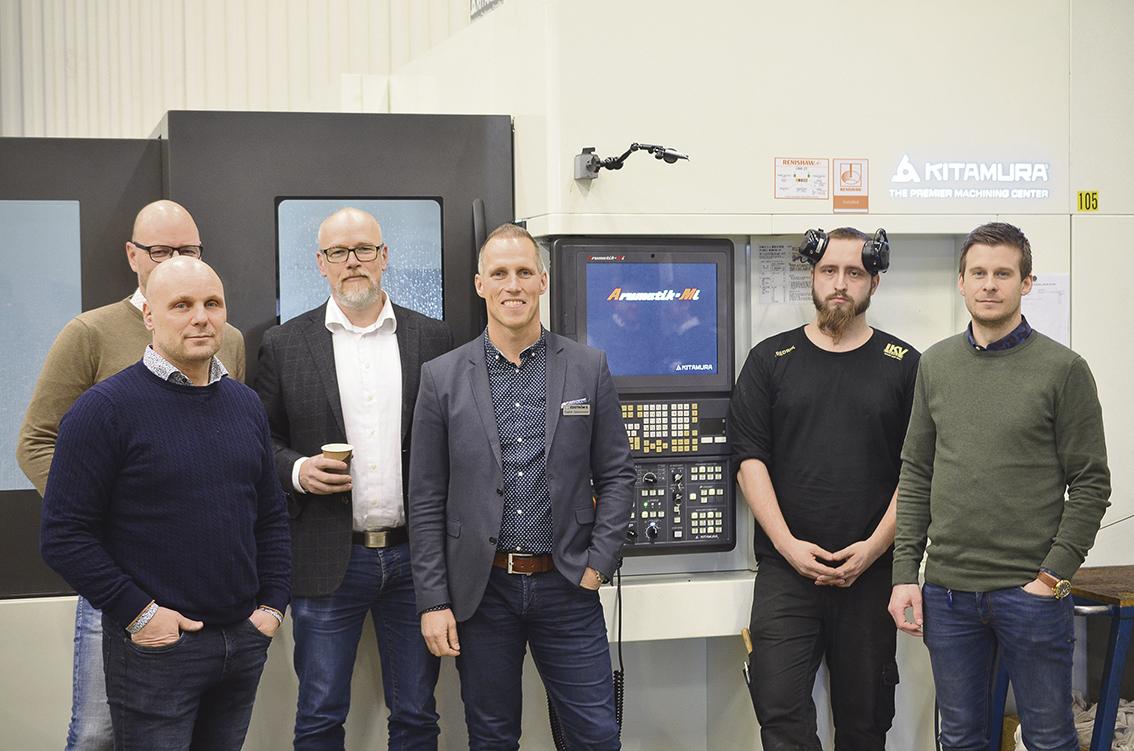 På fotot ser vi Jörgen Johansson, Clas Johansson ägare IKV Tools, Henrik Olsson, Fredrik Salomonsson Edströms Maskin, maskinoperatör Fredrik Muikku och vd Alexander Timour IKV Tools.