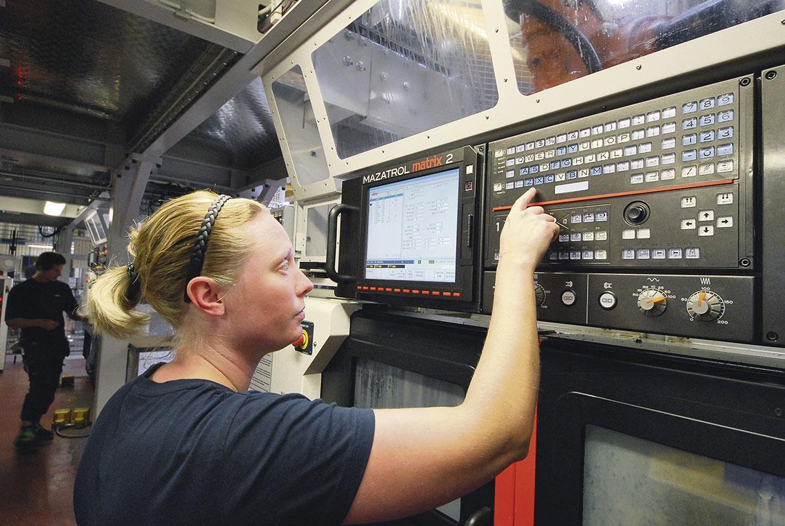 Johanna Vinkås sköter ofta flera maskiner samtidigt i en högautomatiserad miljö.