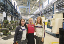 På fotot ute i utbildningsverkstaden ser vi rektor Susann Jungåker omgiven av Nathalie Danko som tog examen 2015 och Jessica Borg som tog sin examen 2018.