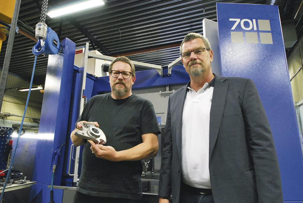Tommy Olsson och Per Karlsson framför Niigata SPN 701 fleroperationsmaskin.