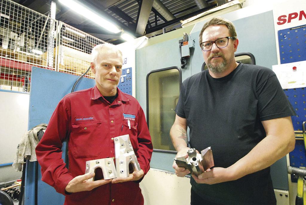 Maskinoperatör Mikael Hedström och produktionschef Tommy Olsson visar upp detaljer.
