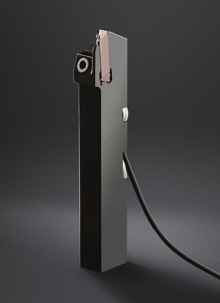 Den perfekta kombinationen: Horn spårsvarvningsverktyg för bearbetning av Titan och en kraftsensor från Kistler