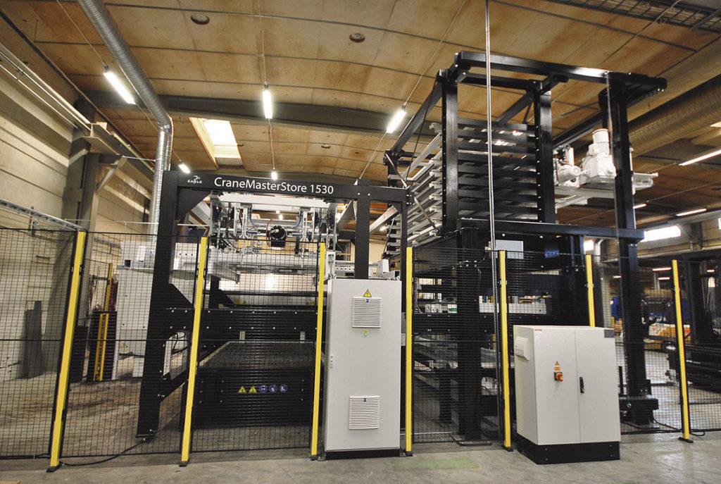 Materialtorn CraneMasterStore 1530 med tio materialfack för plåt maxstorlek 1 500 mm x 3 000 mm.